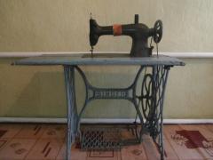 Продам антикварную швейную машинку singer